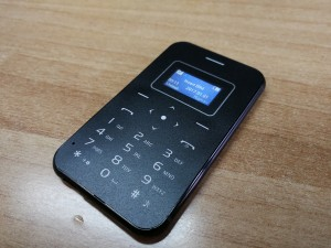 X8: κινητό σε μέγεθος πιστωτικής κάρτας